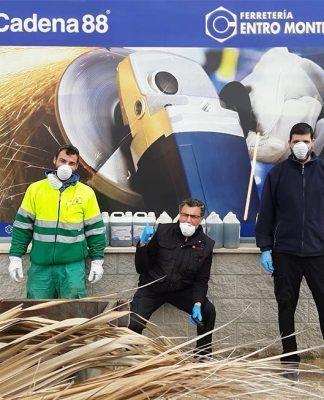 Ferretería Centro dona 50 litros de bactericida al Ayuntamiento de Puebla de la Calzada para la desinfección de los espacios públicos