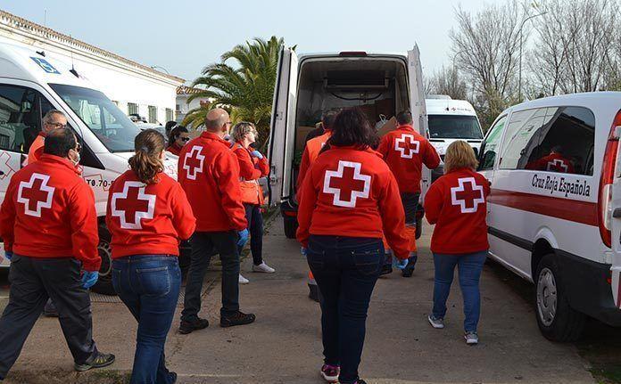 voluntarios de Cruz Roja Extremadura reparten alimentos