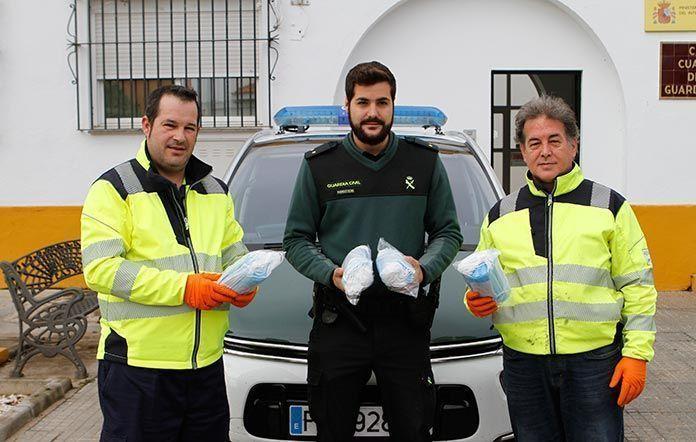 Gruas Montijo dona 400 mascarillas sanitarias a la Guardia Civil y a la Policia Local de Montijo