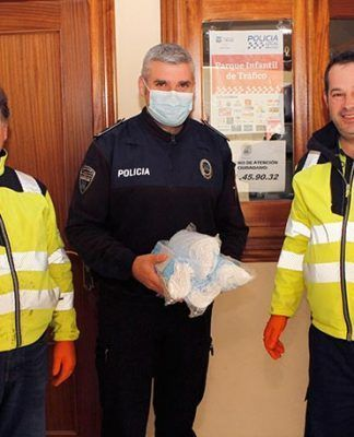 Gruas Montijo dona 400 mascarillas sanitarias a la Guardia Civil y a la Policia Local de Montijo
