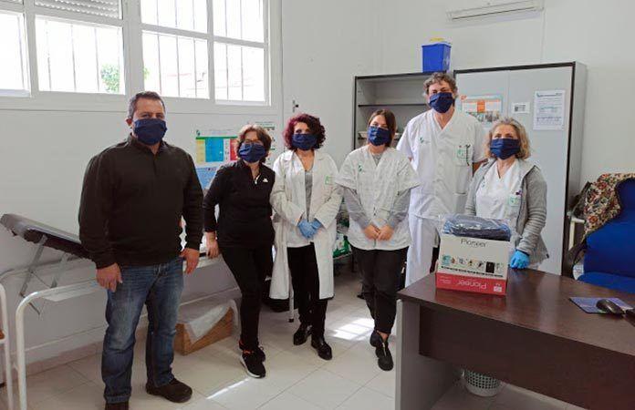 Entrega de mascarillas en el Consultorio Medico confeccionadas por las costureras de Guadiana