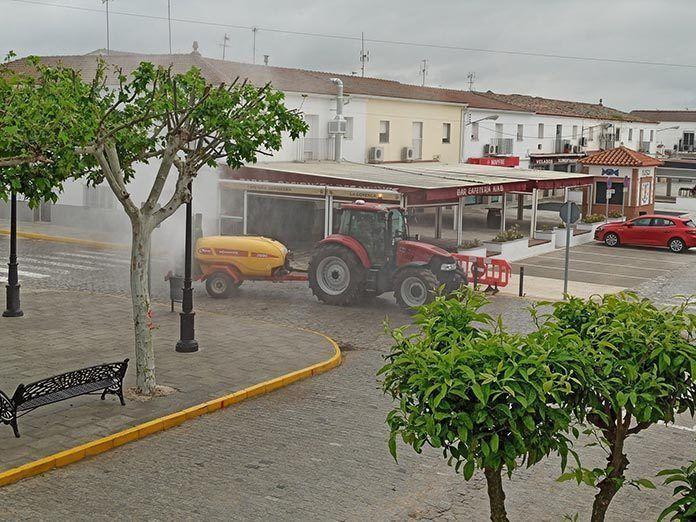 Continuan los trabajos de desinfeccion delas calles en Guadiana