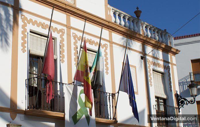 Banderas a media asta por el luto por las víctimas de la COVID-19 en el Ayuntamiento de Montijo