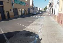 Las inmediaciones de los supermercados de Montijo se llenan de guantes desechables por la irresponsabilidad de algunas personas