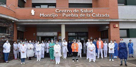 VÍDEO: Minutos de silencio en el Centro de Salud Montijo-Puebla de la Calzada por los sanitarios fallecidos por el COVID-19