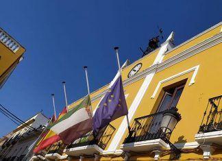 Banderas a media asta en el Ayuntamiento de Puebla de la Calzada por el luto por las víctimas de la COVID-19