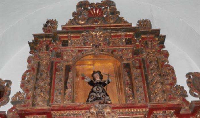 Ático del retablo donde se ubica imagen del Niño Jesús. Templo parroquial de San Pedro Apóstol. Montijo.