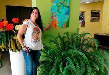Chus Margallo dona una de sus pinturas al Ayuntamiento de Puebla de la Calzada