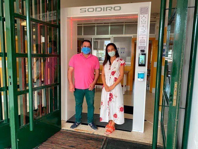 El CEIP San Isidro de Guadiana instala el arco de desinfección que reduce el riesgo de expansión de la Covid19