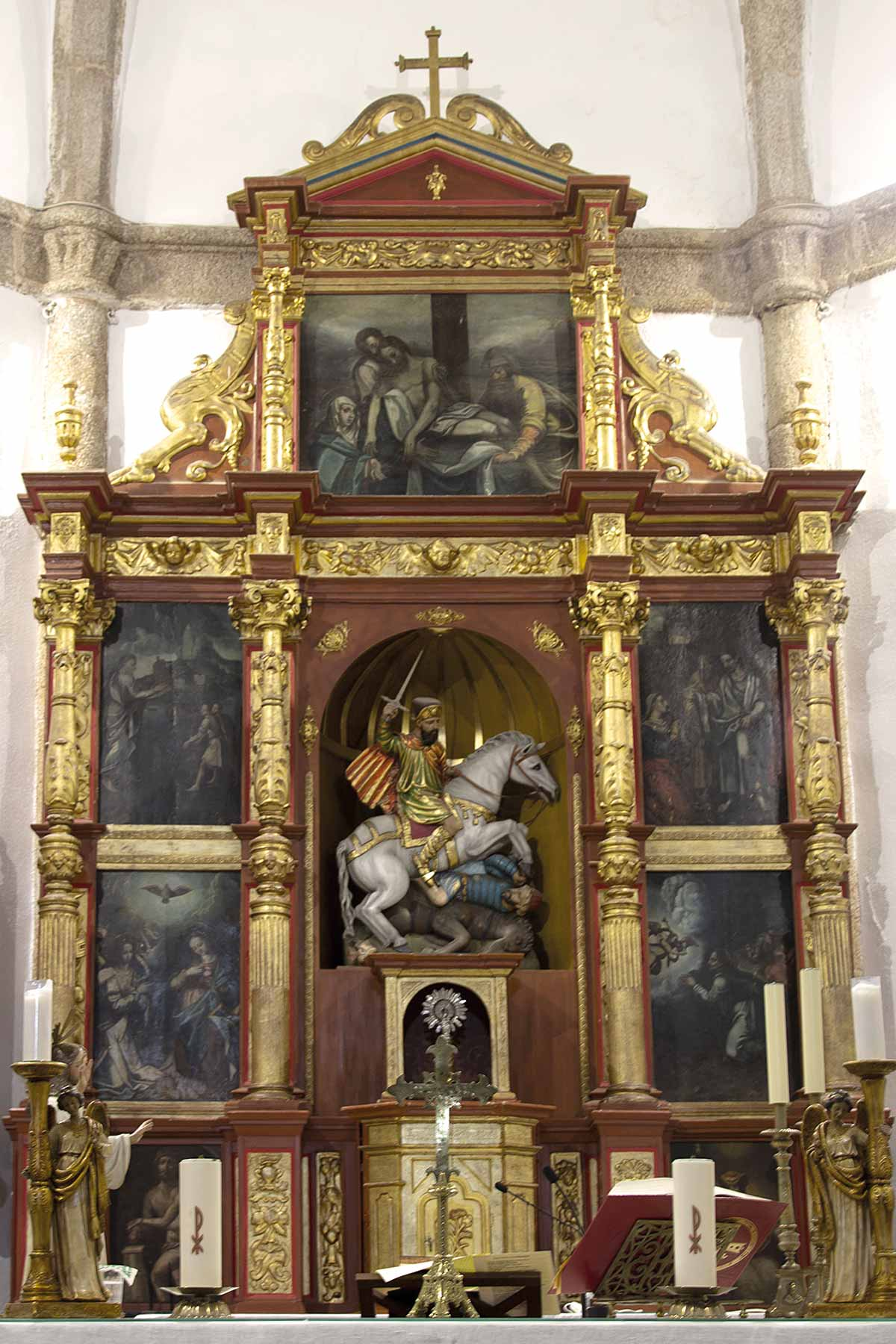 Retablo Mayor  de la iglesia de Santiago en Torremayor antes de ser restaurado (foto: Carmen Vega)
