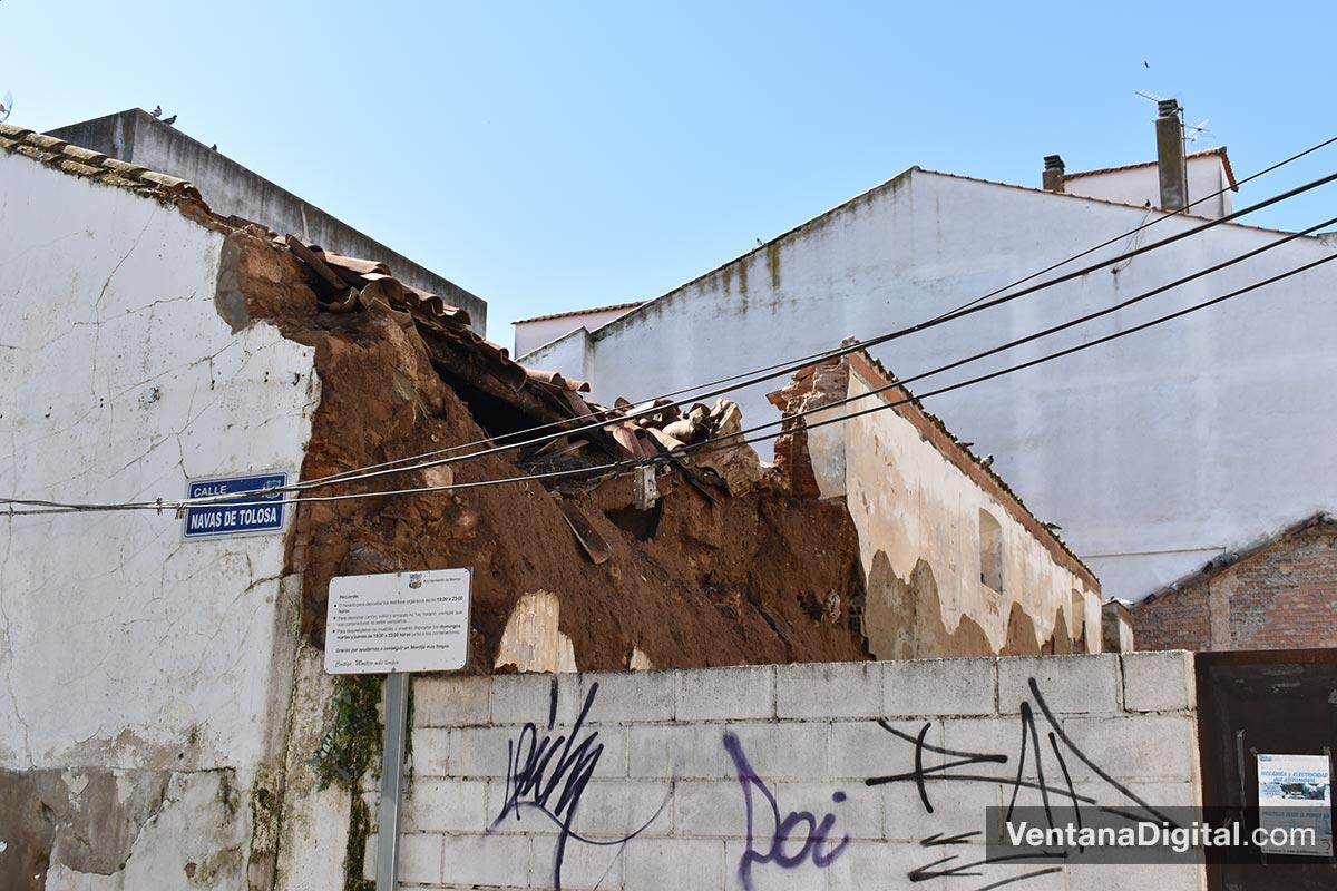 Las fuertes precipitaciones provocan el derrumbare de una pared en la calle Clavijo de Montijo