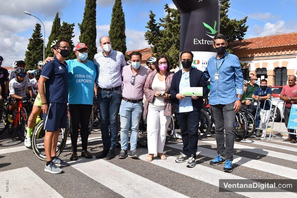Salida de la segunda etapa de la Vuelta Ciclista a Extremadura desde Montijo